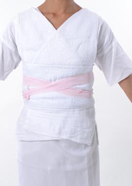 肌襦袢を着て胸元・胴回り・腰の補正をする