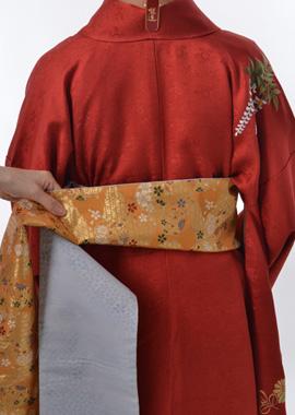 手先を帯巾の三倍半ほどとり、半分に折る